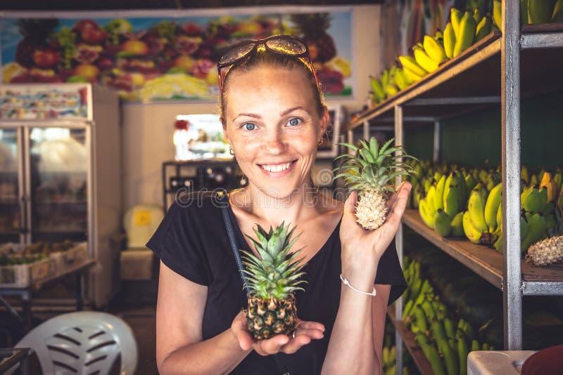 在loacal市场上的美丽的快乐的妇女游客旅行生活方式画象在旅行假日期间在异乎寻常的热带国家 免版税库存图片