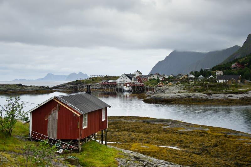 在Lofoten海岛上的小传统房子在挪威 免版税库存照片