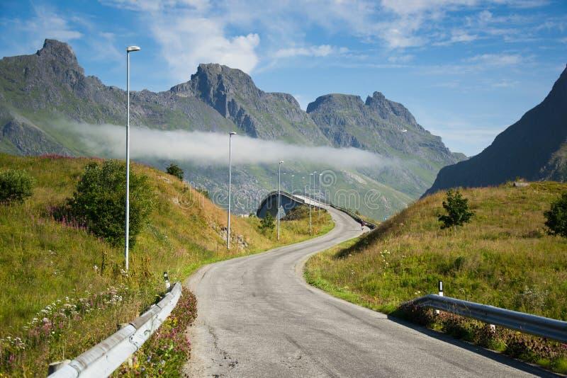 在Lofoten海岛上的桥梁路在挪威 免版税图库摄影