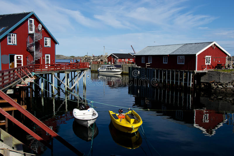 在Lofoten海岛上的红色房子在挪威 图库摄影