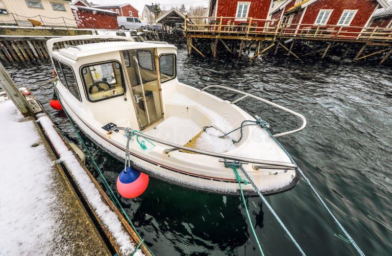 在Lofoten海岛的传统渔解决码头的捕鱼船  美丽的域前景横向挪威草莓 免版税库存照片