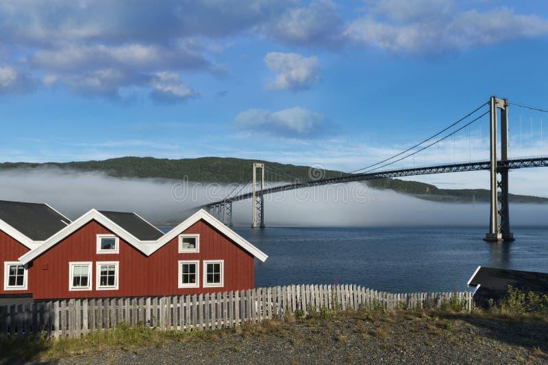 在Lofoten海岛,挪威上的Tjelsjund桥梁 免版税库存照片