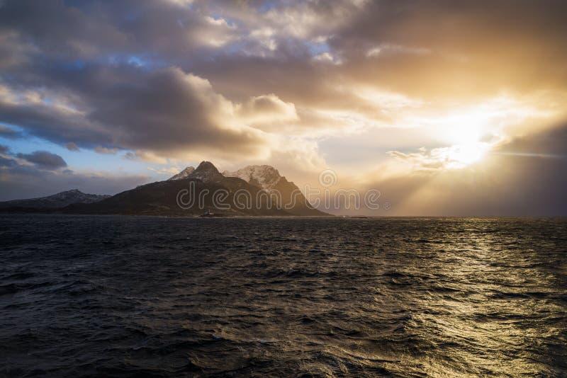 在Lofoten海岛,挪威的剧烈的日落 库存图片