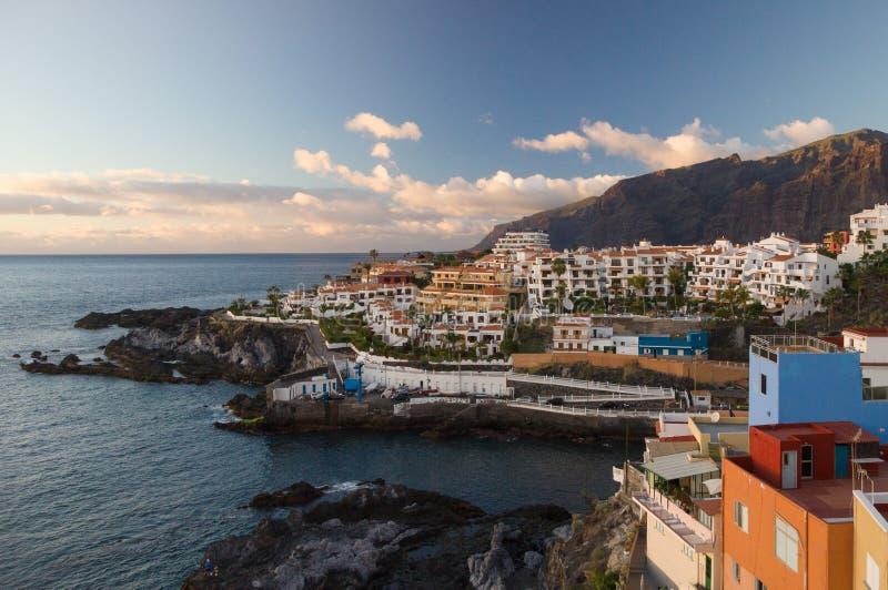 在Los Gigantes Puerto圣地亚哥峭壁和手段的日落  图库摄影
