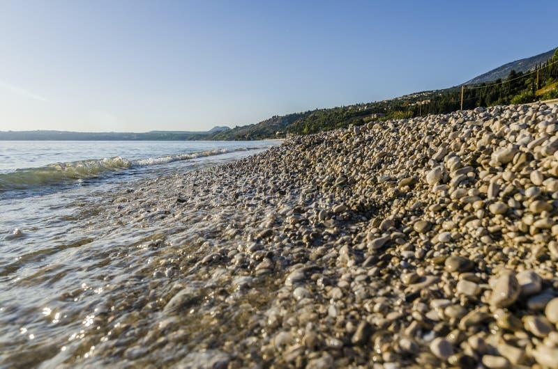 在lourdata的特写镜头断裂向海滩扔石头 库存照片