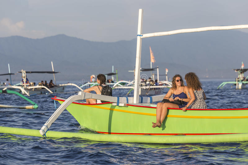 在Lovina海滩,在日出期间的巴厘岛的旅游看的海豚 库存图片