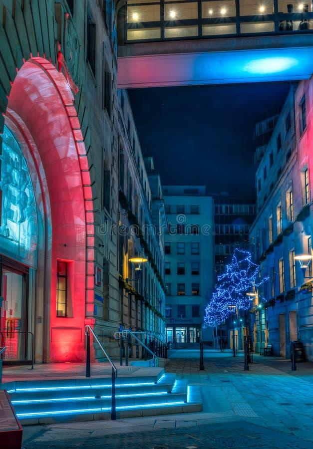 在LSE老大厦的圣诞灯装饰在伦敦 免版税库存图片