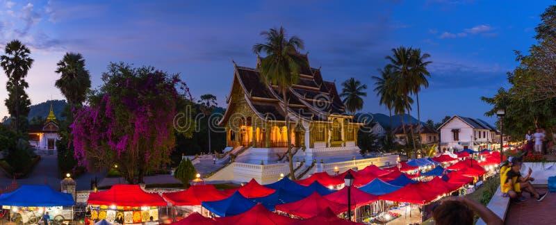 在Luang前面P国家博物馆的夜纪念品市场  库存图片