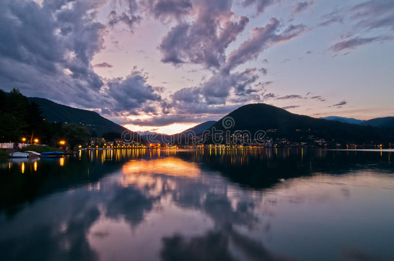 Download 在Lugano湖的日落 库存照片. 图片 包括有 日落, 意大利, 场面, 晒裂, 户外, 晚上, 阳光 - 72360472