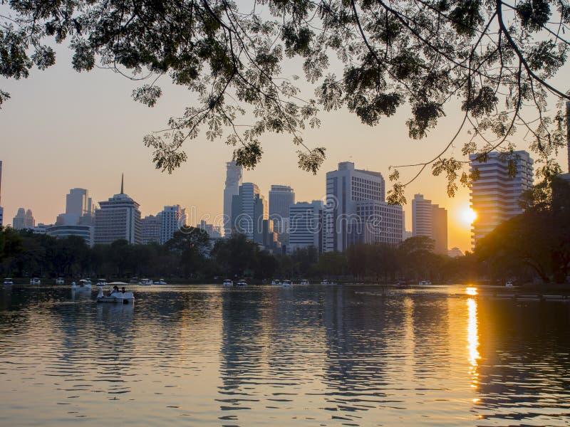 在lumpini公园的日落在曼谷中央  免版税库存照片