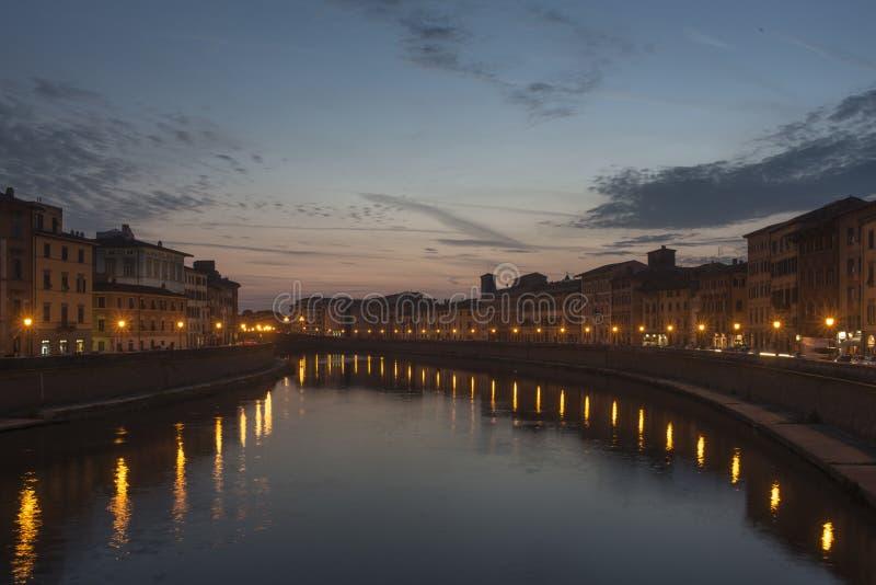 在lungarno比萨,托斯卡纳,意大利,欧洲的日落 免版税库存照片
