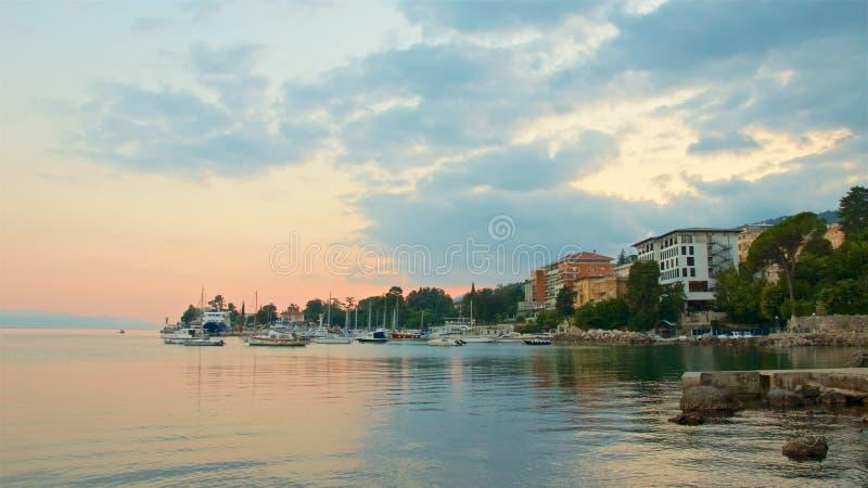 在Lungomare的五颜六色的sunsett在奥帕蒂亚,克罗地亚 免版税库存照片