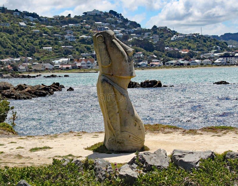 在Lyall海湾,Wellinton,新西兰银行的一个Moai雕象  艺术品破坏者最近打破了这个雕象 图库摄影