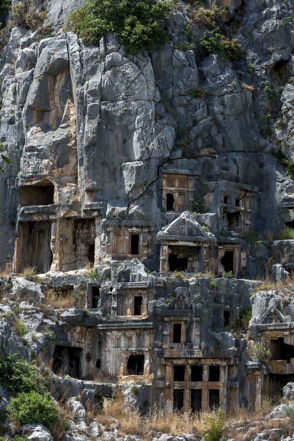 在Lycian摇滚删节的坟茔盖的峭壁面孔在迈拉古老站点在代姆雷在土耳其 免版税库存照片