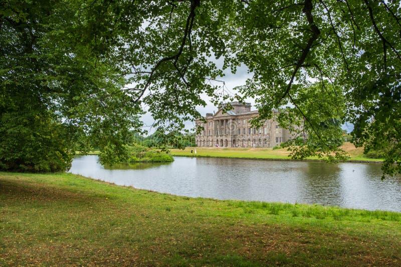 在Lyme公园里面的Lyme霍尔和它的池塘在彻斯特,英国 库存图片