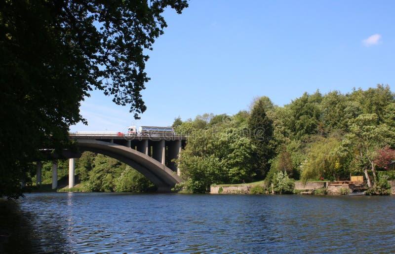 在M6桥梁的交通在Halton的河卢纳 免版税库存图片