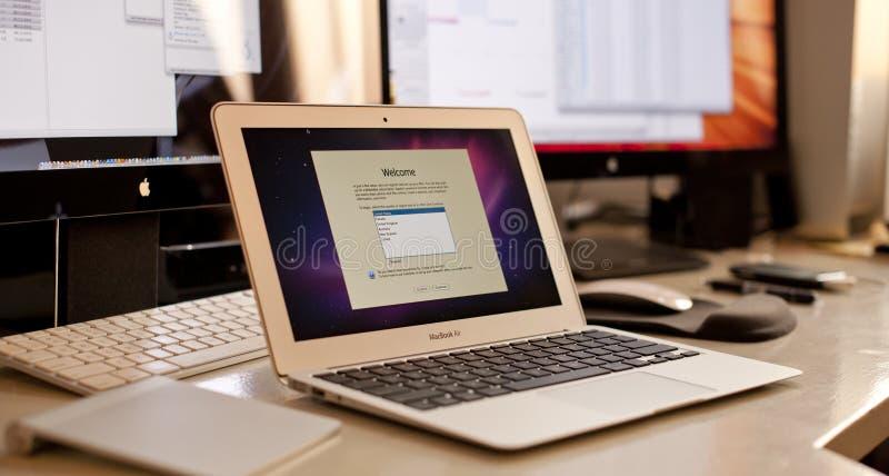 在Macbook空气的安装Mac OSX 库存照片