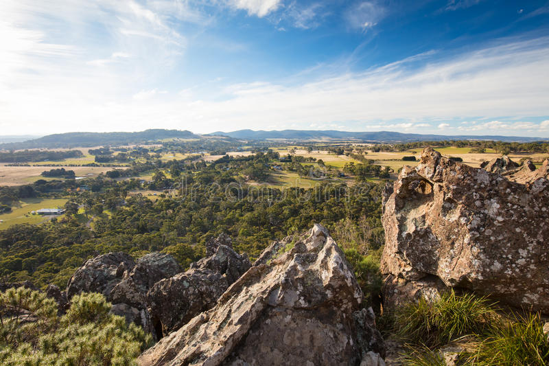 在Macedon范围的垂悬的岩石 库存照片