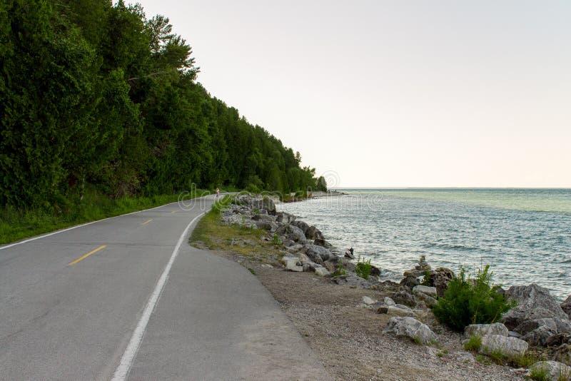 在Mackinac海岛上的自行车高速公路 免版税库存图片