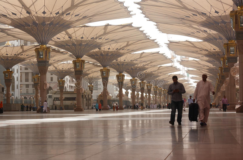 在Madinah的巨型伞 库存图片