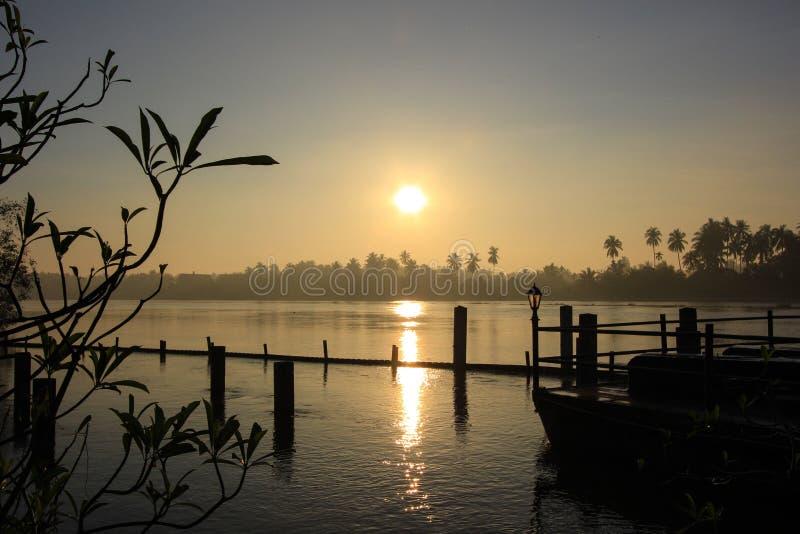 在Mae Klong河的日出和早晨天空 库存图片