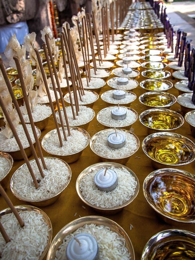 在Mahabodhi寺庙的奉献物在Bodhgaya,印度 图库摄影