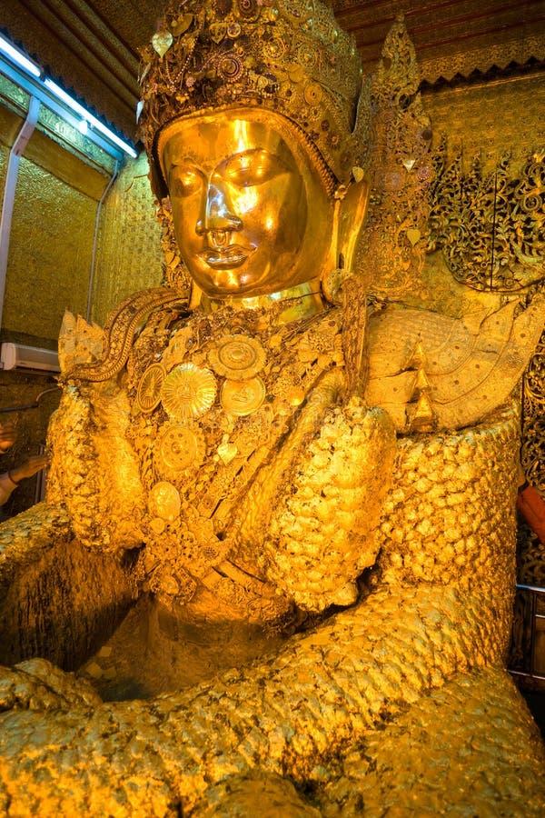 在mahamuni缅甸paya里面的菩萨 免版税库存照片
