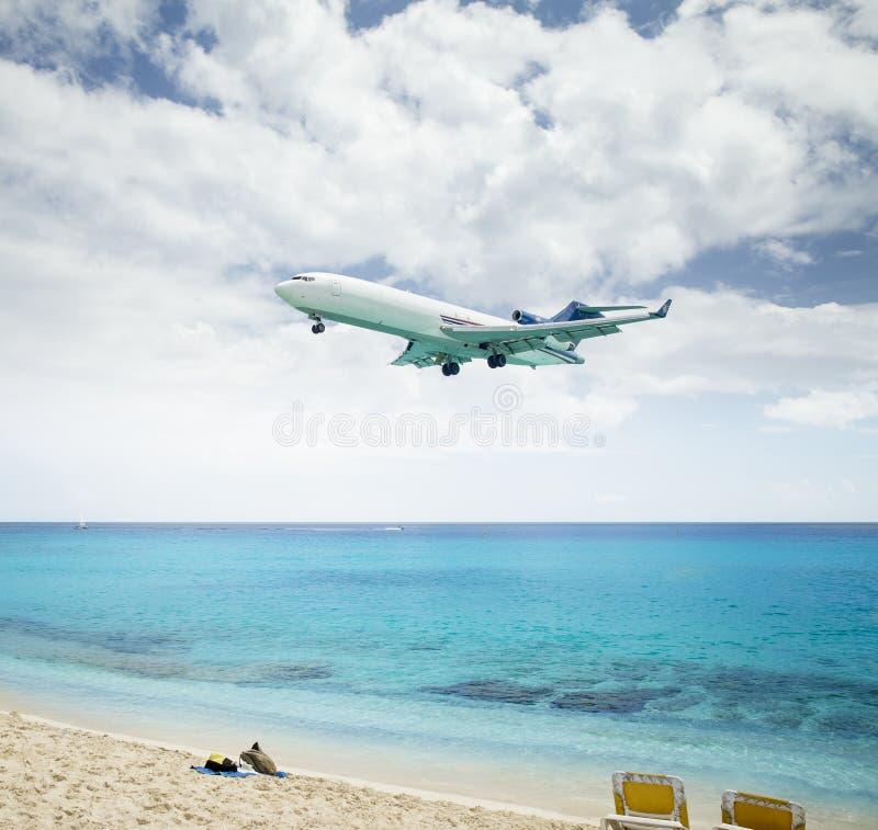 在Maho海滩的平面着陆在圣马丁海岛 库存图片
