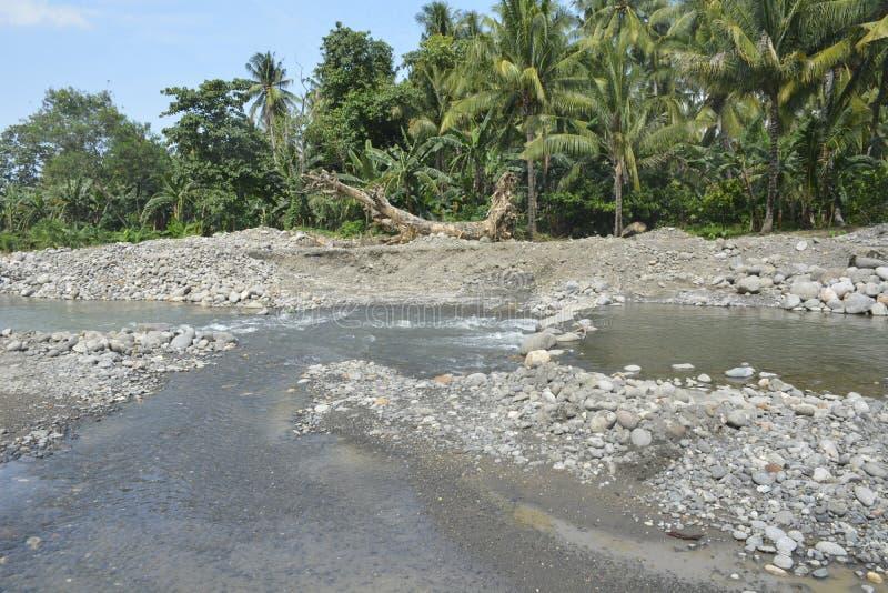 在Mal河岸, Matanao,南达沃省,菲律宾的沙子和石渣聚集体 图库摄影