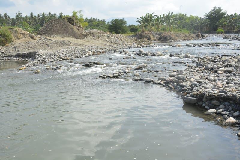 在Mal河床, Matanao,南达沃省,菲律宾的圣和石渣聚集体 库存照片