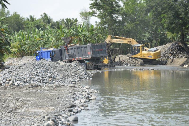 在Mal河床, Matanao,南达沃省,菲律宾的沙子和石渣提取 免版税库存照片