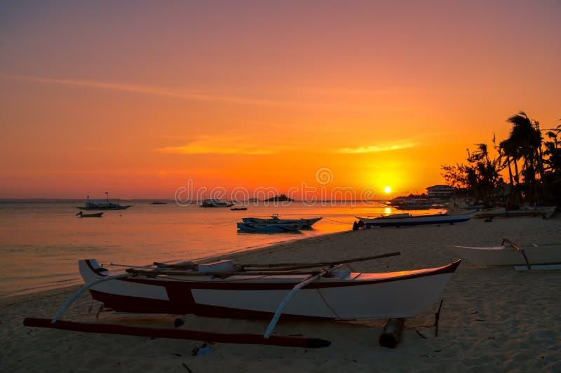 在Malapascua海岛,宿务,菲律宾的完全惊人的日落 免版税库存图片
