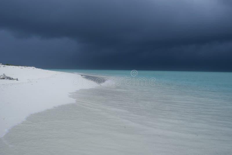 在Maldivian海滩的风暴 免版税库存图片