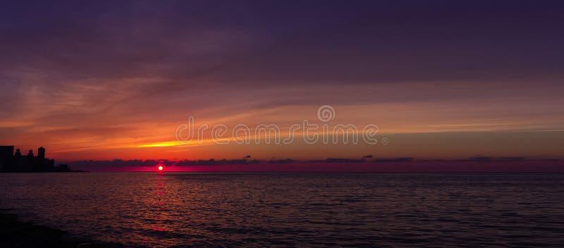 在Malecon和大西洋的日落在哈瓦那,古巴 免版税库存照片