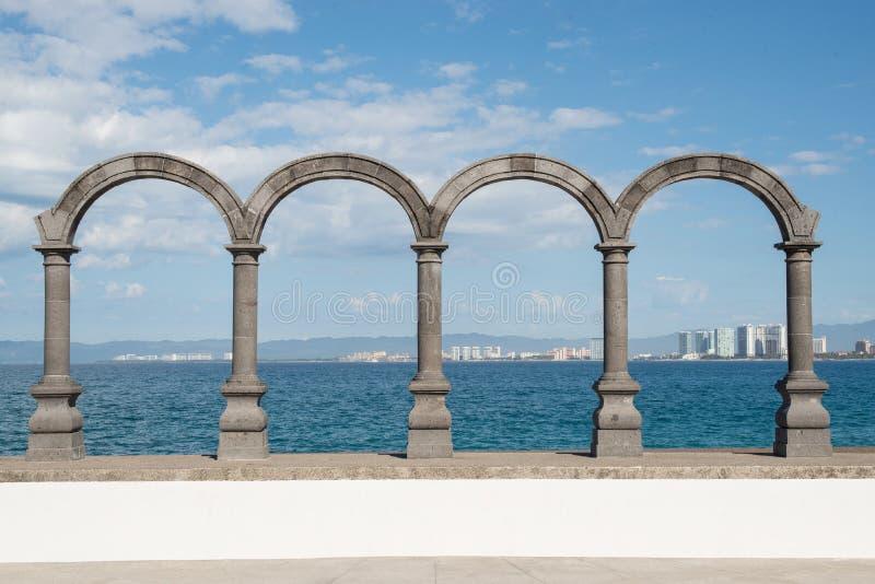 在Malecon的曲拱在巴亚尔塔港 库存照片