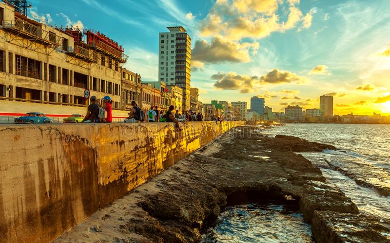 在Malecon的落日在哈瓦那 免版税库存图片