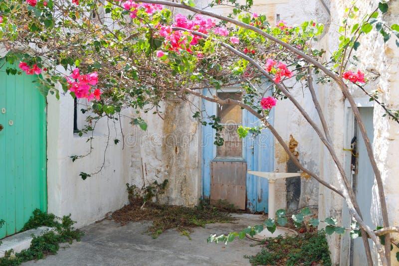 在Malia的老部分的老被放弃的大厦 库存照片
