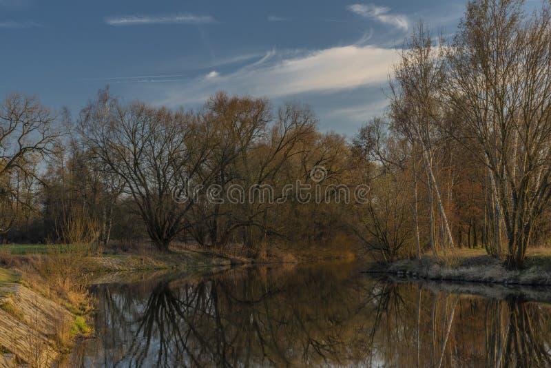 在Malse河的大测流堰在有日落的捷克布杰约维采镇附近 免版税图库摄影