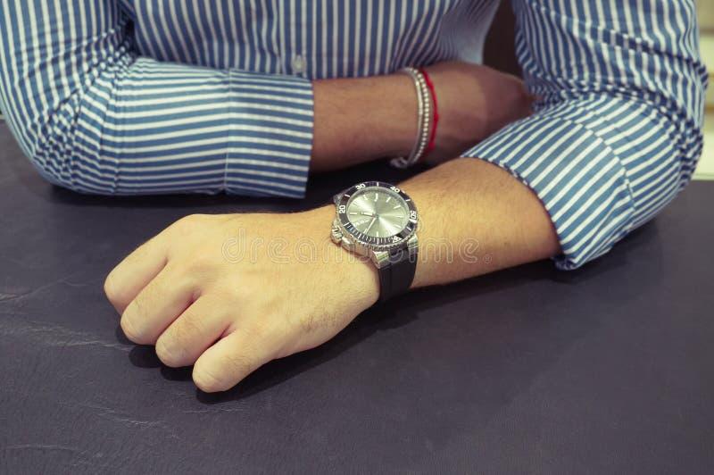 在man& x27的大手表; s腕子 免版税图库摄影