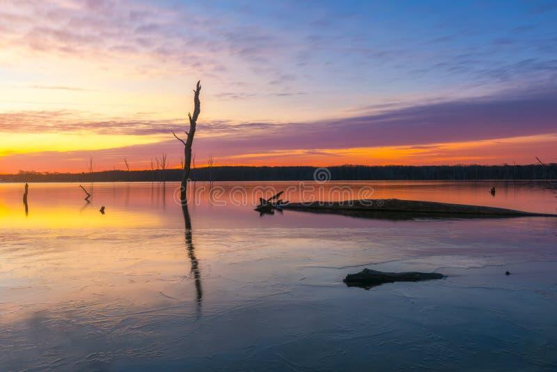 在Manasquan水库的五颜六色的日出在霍威尔新泽西 免版税图库摄影