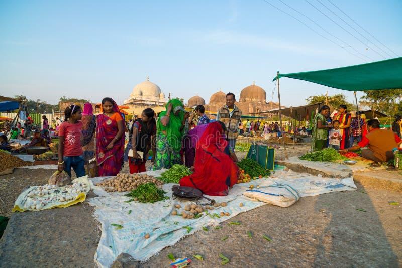 在Mandu,中央邦,印度的星期六部族市场,在古老清真寺和伊斯兰教的遗产附近 图库摄影