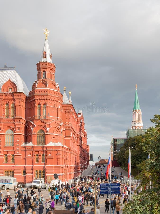 在Manezhnaya广场,莫斯科的人步行 免版税库存图片