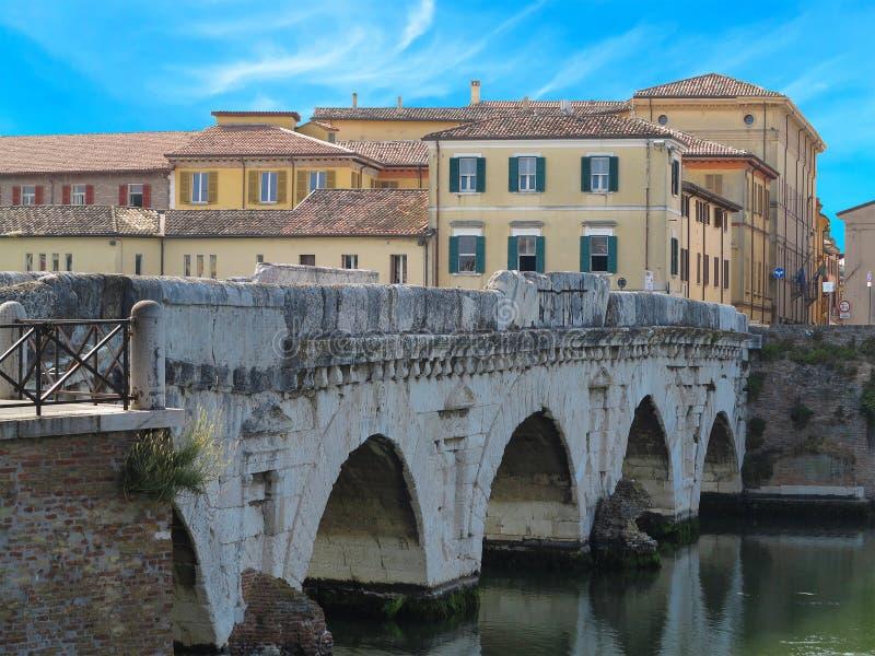在Marecchia河,里米尼, I的历史罗马Tiberius桥梁 库存照片