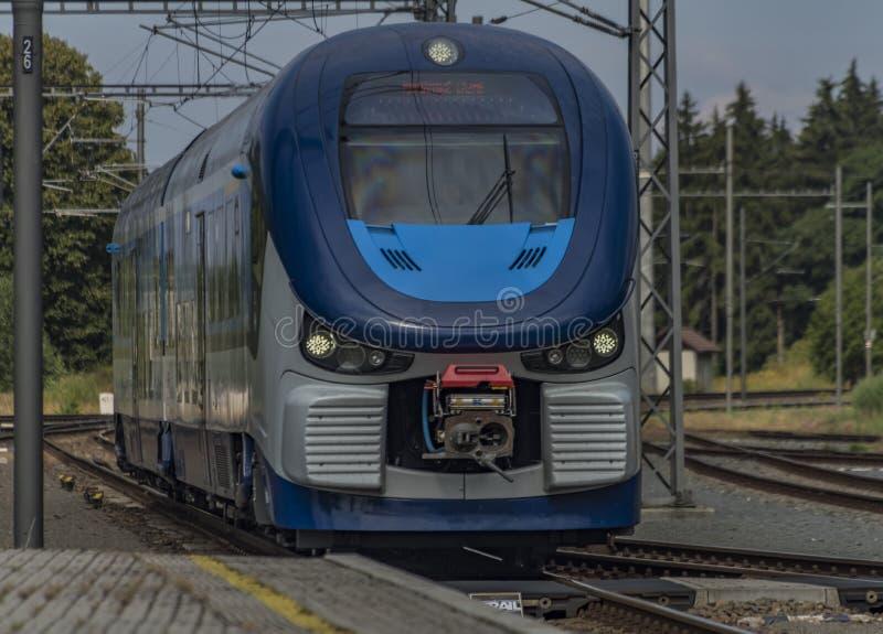 在Marianske Lazne温泉驻地的蓝色马达引擎火车 免版税库存照片