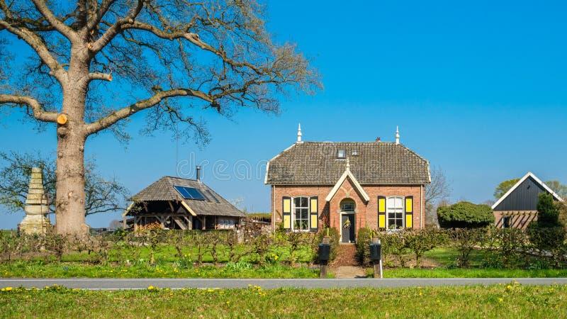 在Markelo附近小村庄的美丽的荷兰传统农舍  库存照片