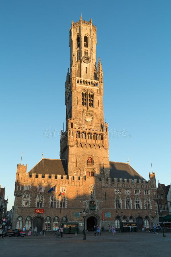 在Markt广场的钟楼塔贝尔福搬运车布鲁基在布鲁日,比利时 图库摄影