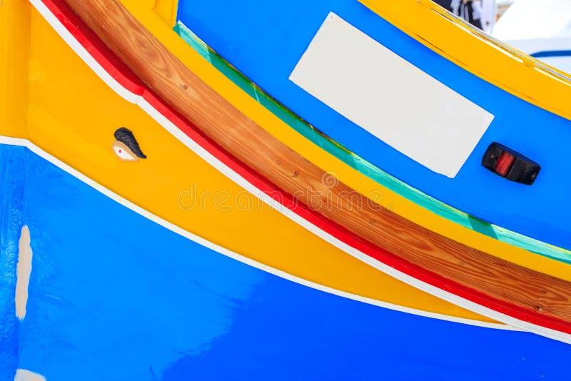 在Marsaxlokk,马耳他港的传统五颜六色的小船luzzu  复制空间,特写镜头视图 库存图片