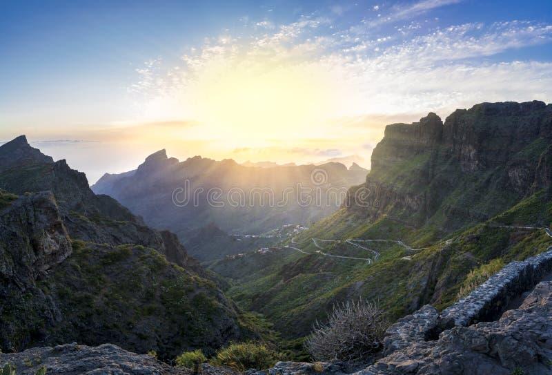 在Masca村庄,被参观的旅游景点的全景鸟瞰图 免版税库存图片