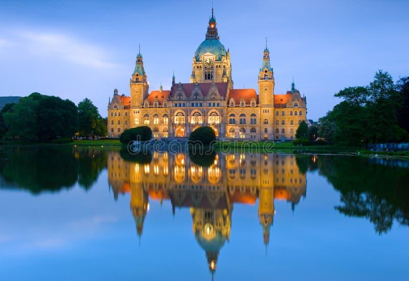 在Masch湖的新的香港大会堂反射在汉诺威,德国 免版税库存图片