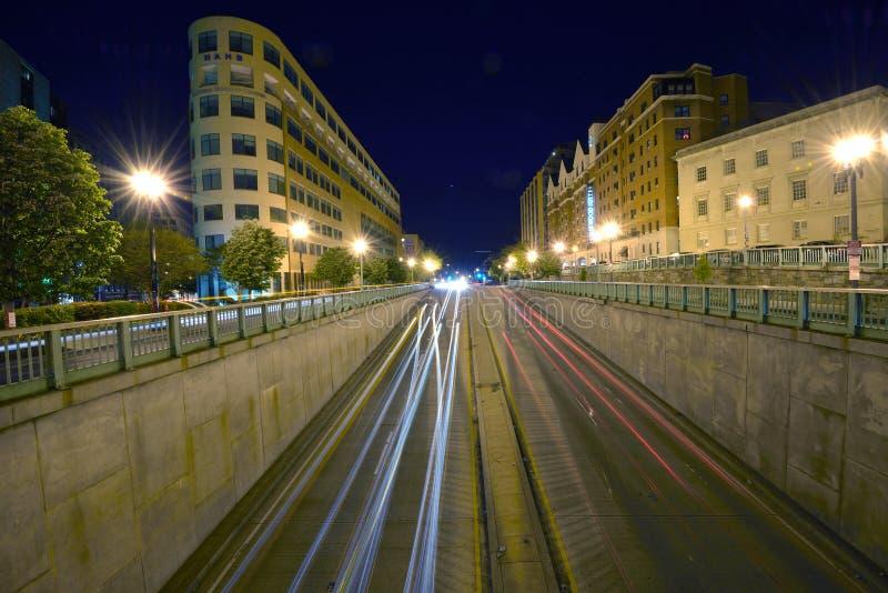 在Massachuetts Ave的夜间交通在华盛顿, D C 库存照片